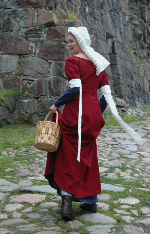 Damdräkt. 1300-tal. Särk, mellanklänning, överklänning, tippets, huvudbonad.