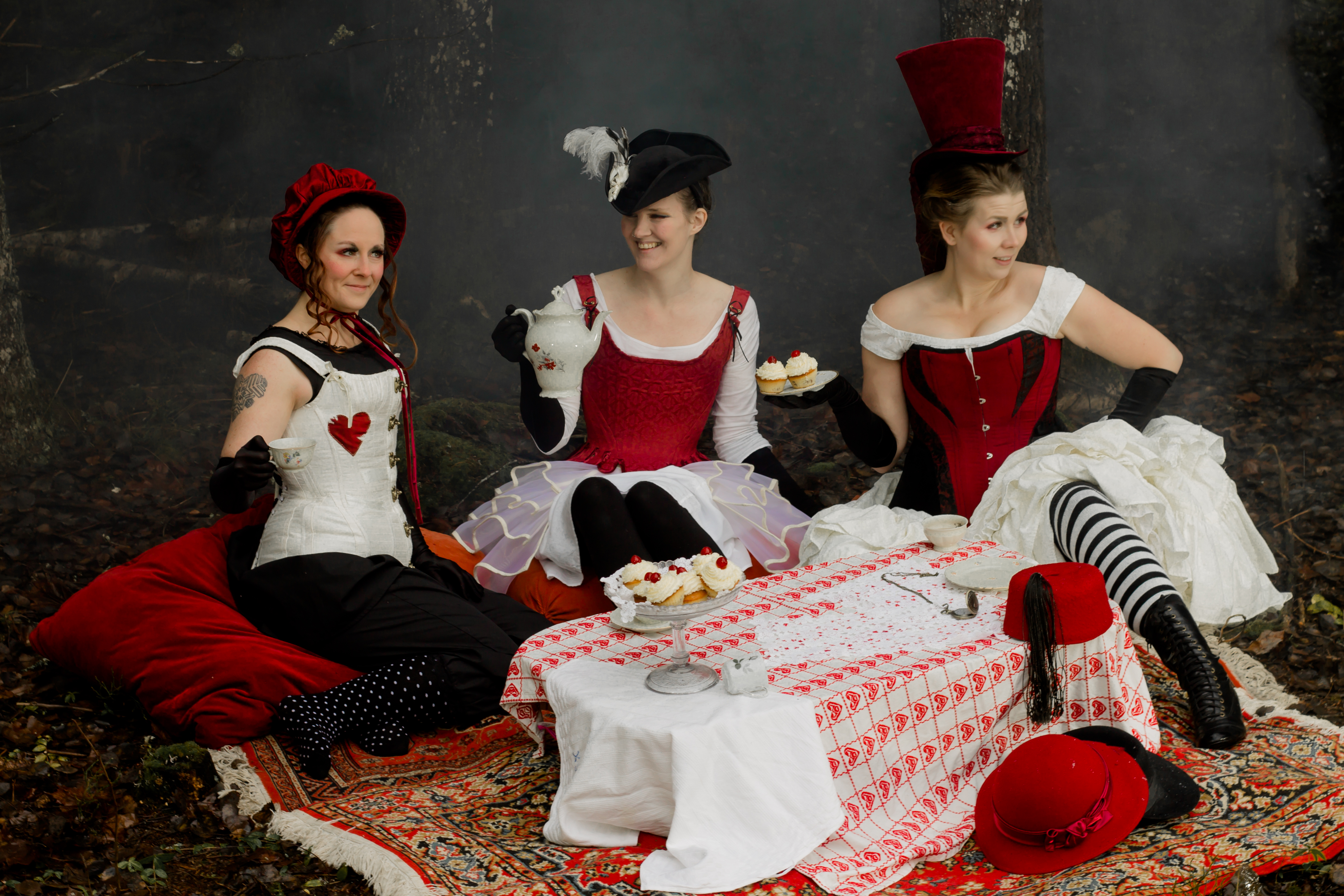 Tre dräkter bestående av hatt, korsett, underkläder och underdelar designade och skapade av Julia Elstring Högberg för Mytomsydd 2019. Foto Johanna Ene
