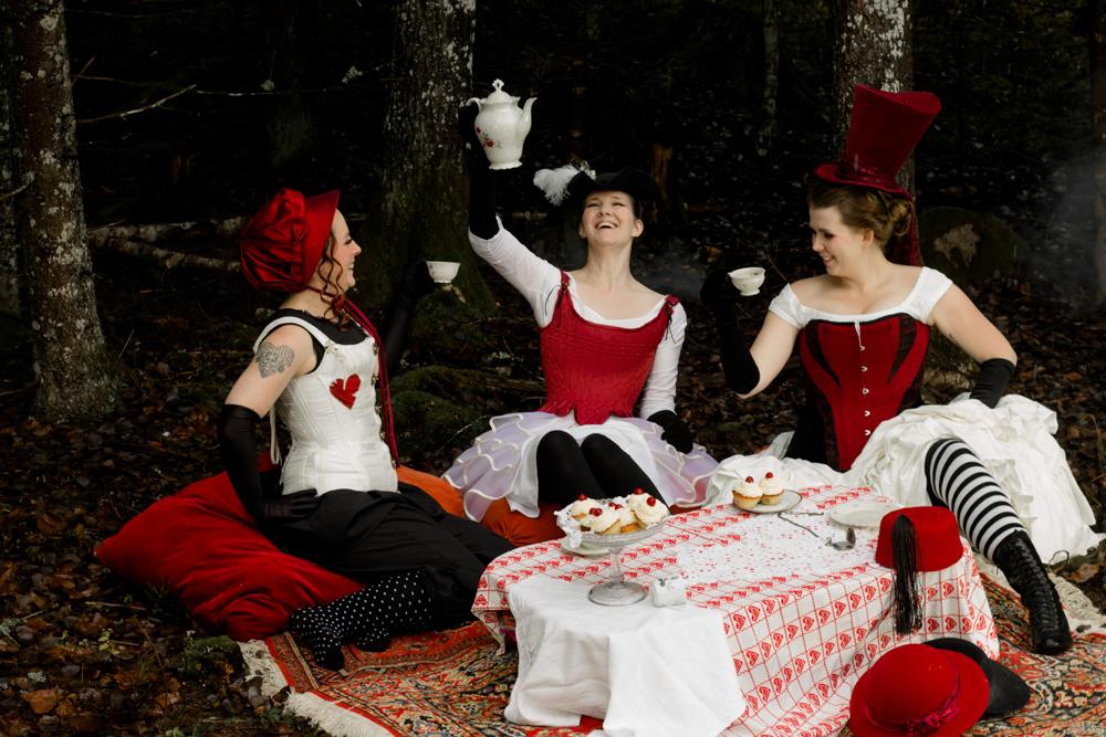 Tre dräkter bestående av hatt, korsett, underkläder och underdelar designade och skapade av Julia Elstring Högberg för Mytomsydd 2019. Foto: Johanna Ene