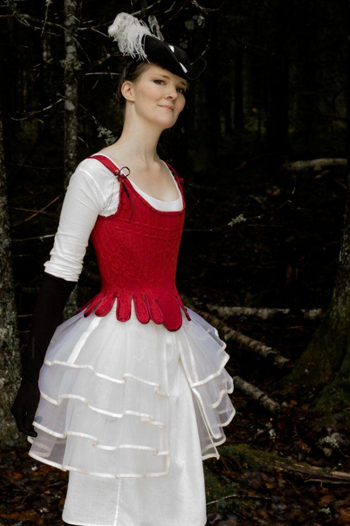 Dräkt bestående av hatt, korsett, underkläder och underkjol designade och skapade av Julia Elstring Högberg för Mytomsydd 2019.
