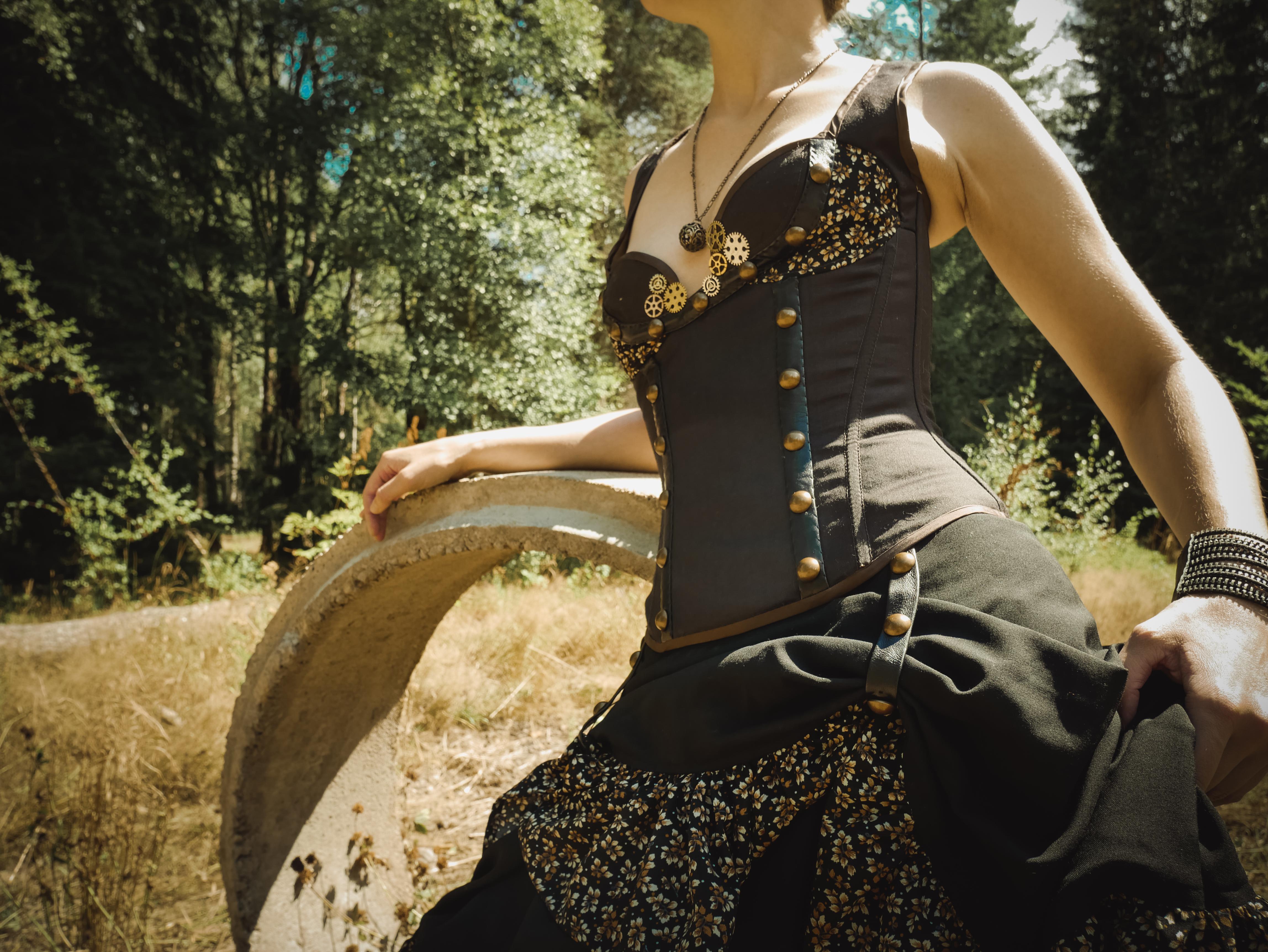 Steampunk-dräkt med korsett och kjol