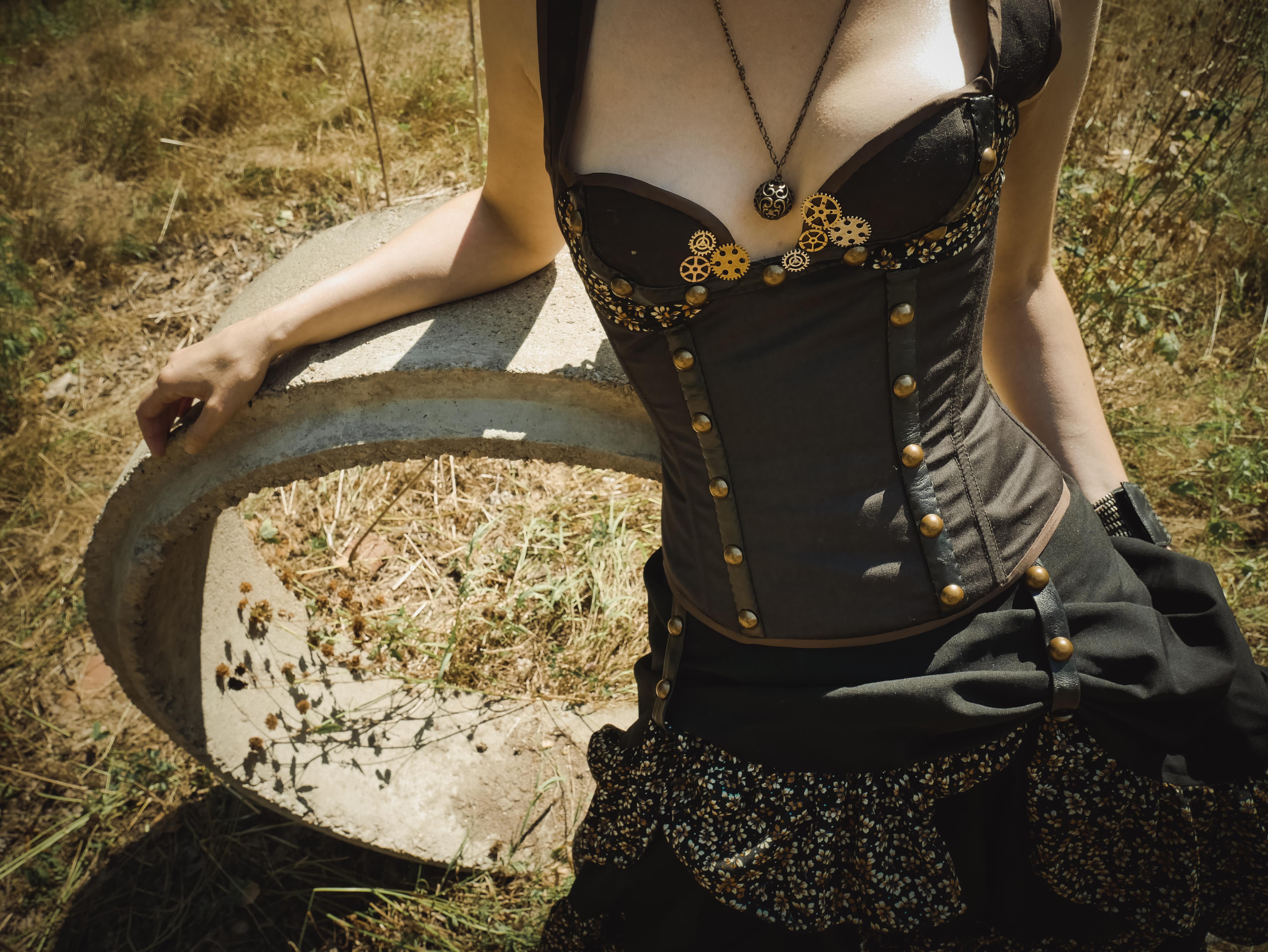 Steampunk-dräkt med korsett och kjol.