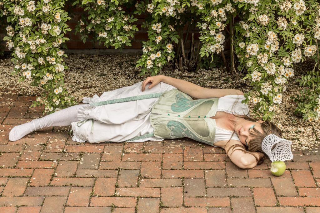 Sovande prinsessa med korsett och mamelucker. Dräkt och idé av Julia Elstring Högberg, Mytomsydd.
