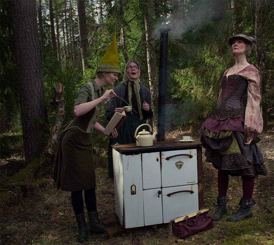 Häxor i dräkt och kostym av Julia Elstring Högberg, Mytomsydd, 2021.