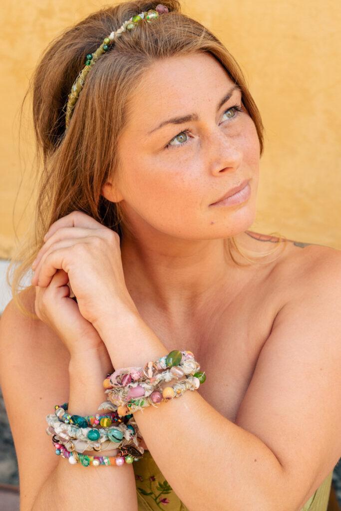 Kvinna med armband av Envild Creations. Modell: Josefin Björnarås. Fotograf: Johanna Ene för Mytomsydd 2021.